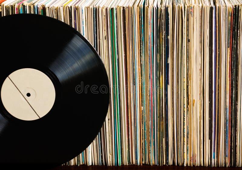 Vinylaufzeichnung auf einer Sammlung Alben lizenzfreies stockbild