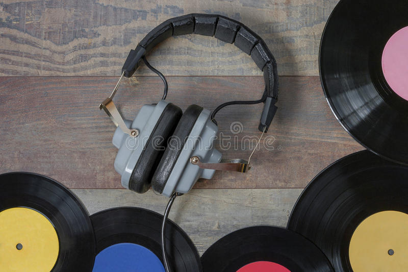 Vinylaufzeichnungen und Kopfhörer lizenzfreies stockfoto