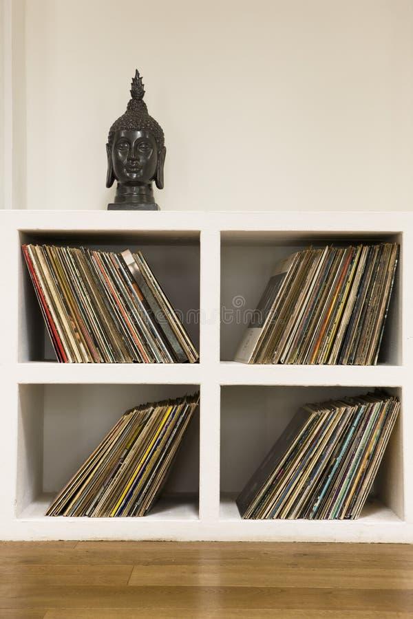 Vinylrekord i hylla arkivfoton