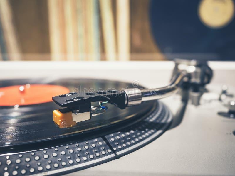 Vinylrekord på Retro tappning för skivtallrikspelaremusik arkivbilder