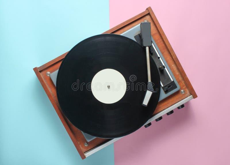 Vinylspelare på en blå rosa pastellfärgad bakgrund Top beskådar royaltyfri fotografi