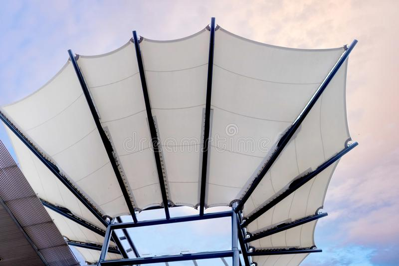 Vinyltakstruktur med bakgrund för blå himmel royaltyfri fotografi