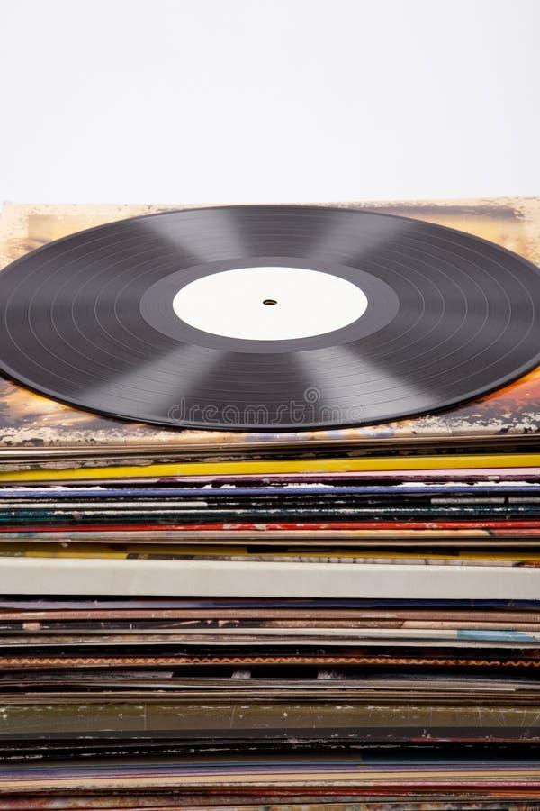 Vinylverslag met wit etiket op albumdekking, witte achtergrond, stock foto