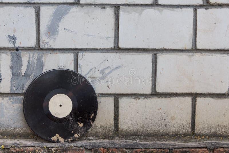 Vinylverslag op een achtergrond van een retro bakstenen muur stock afbeeldingen