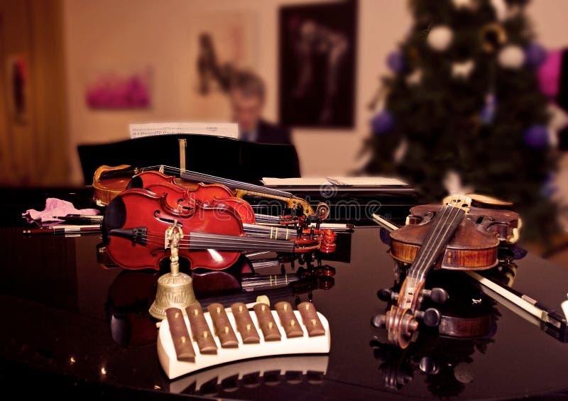 Violín antes del concierto en la feliz Navidad imagenes de archivo