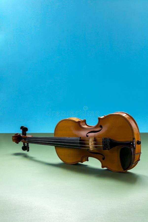 Violín atado musical del instrumento imagenes de archivo
