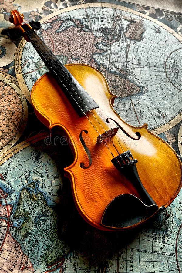 Violín clásico en worldmap fotos de archivo