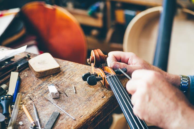 Violín de la reparación de Luthier fotos de archivo libres de regalías