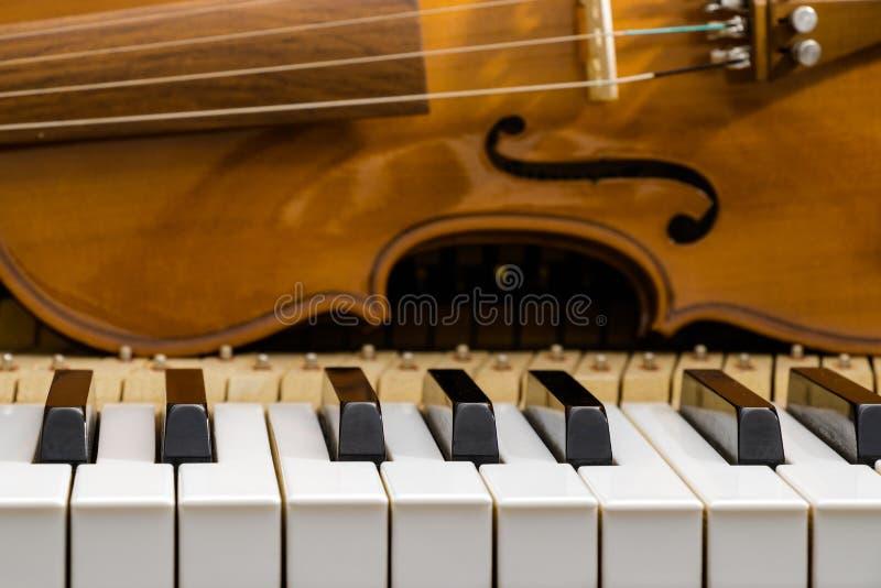 Violín en el teclado de piano imagenes de archivo