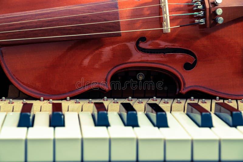 Violín en el teclado de piano imagen de archivo libre de regalías