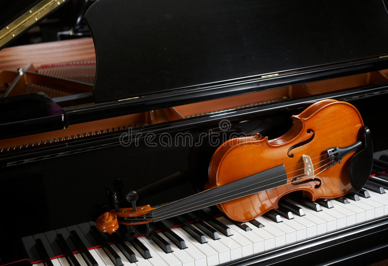 Violín en piano fotos de archivo