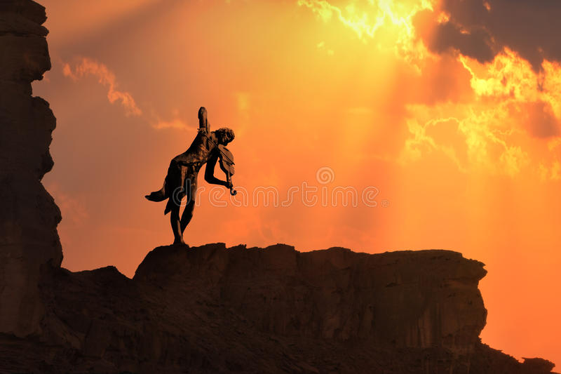 Violín a solas en una puesta del sol imagen de archivo libre de regalías