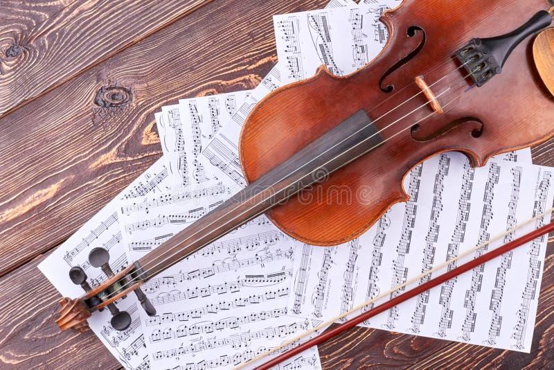 Violín viejo y notas musicales imagenes de archivo