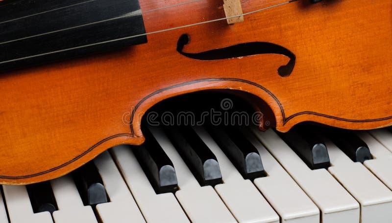 Violín y piano foto de archivo libre de regalías
