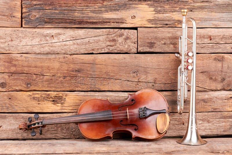 Violín y trompeta clásicos de la música imagenes de archivo