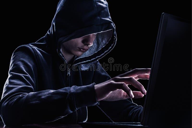 Violação do conceito dos direitos de propriedade intelectual Hacker em uma capa fotografia de stock royalty free
