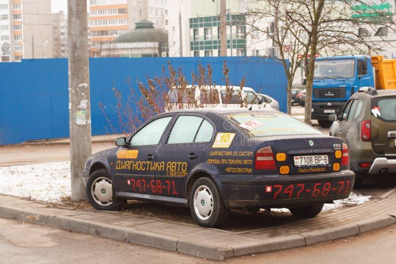 Violação do estacionamento uma cidade grande imagens de stock