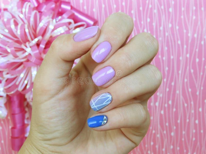 Viola blu di rosa dello smalto del gel del manicure immagini stock