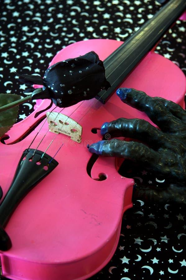 Viola cor-de-rosa do violino de Halloween imagem de stock
