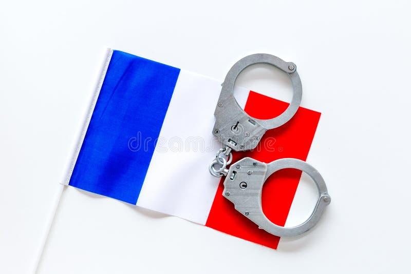 Violation de loi, loi-cassant le concept Menottes en métal sur le drapeau français sur la vue supérieure de fond blanc images stock