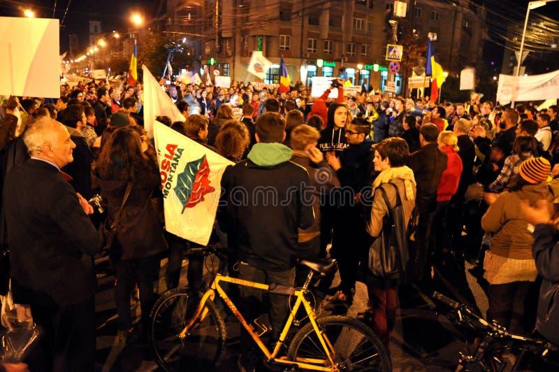 Violence abusive roumaine de gendarmerie et de police contre les protestataires paisibles photographie stock