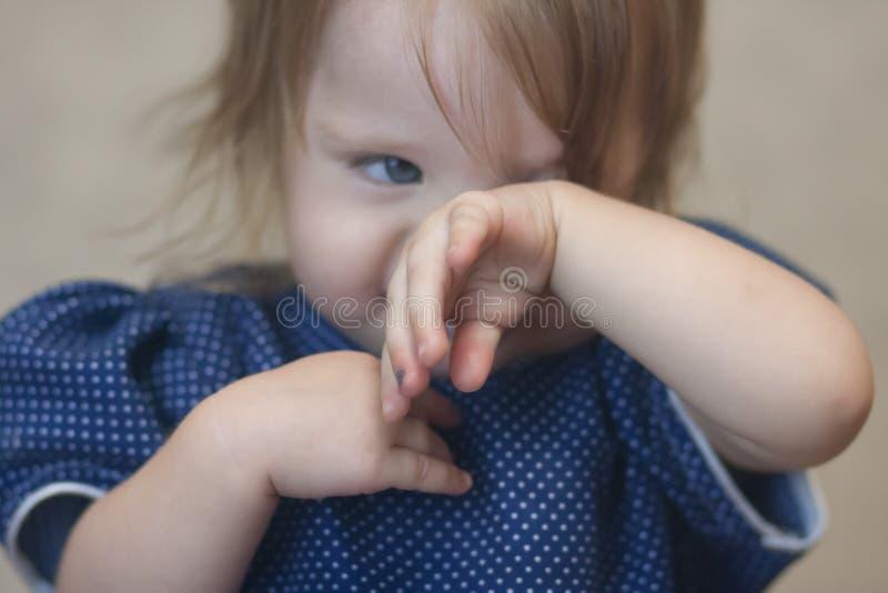 Violence au-dessus de concept d'enfant Verticale de petite fille photographie stock libre de droits