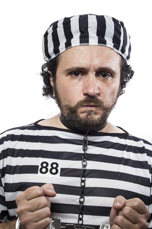 Violenza, un criminale caucasico del prigioniero dell'uomo con la palla a catena immagini stock libere da diritti