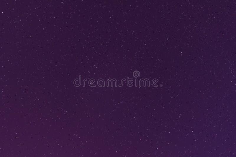 Violet Color Night Starry Sky bakgrund Nattsikt av naturligt royaltyfri fotografi