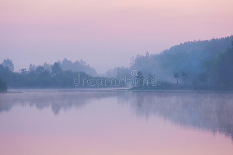 Violet mist over rivier. Autumn landschap. Milieubegrip royalty-vrije stock foto