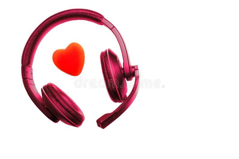 Violet Red Headset, écouteurs avec le microphone et le coeur rouge d'isolement sur le fond blanc Centre d'appels, support techniq photos libres de droits