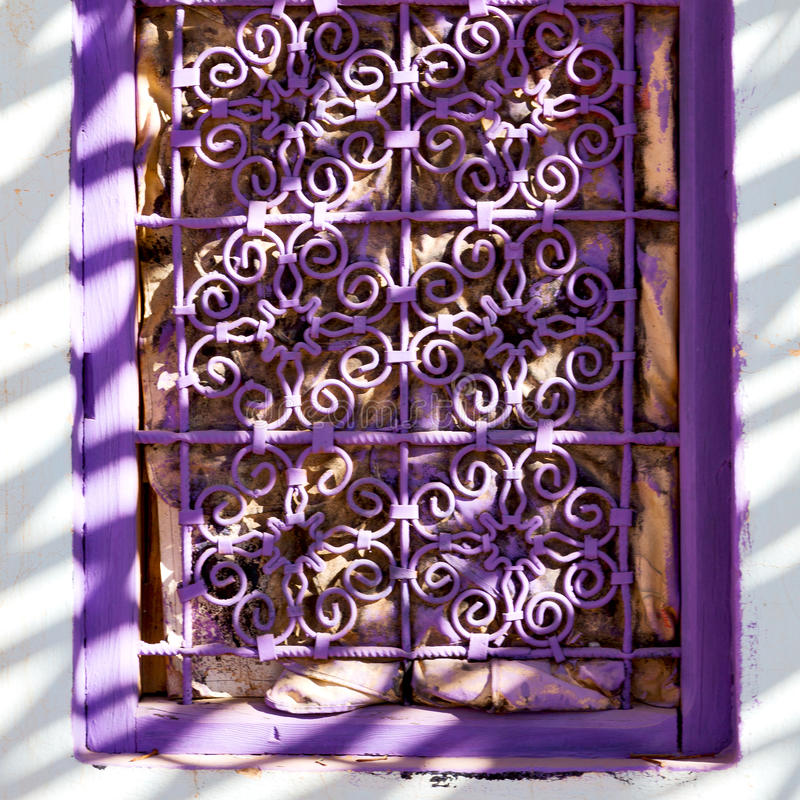 violet venster in Marokko oud Afrika stock afbeeldingen