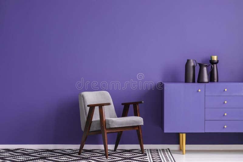 Violet woonkamerbinnenland stock foto