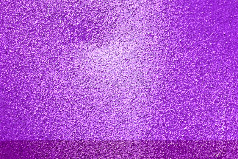 A violeta pintou a superfície textured metal Fundo decorativo abstrato Molde para o projeto imagem de stock royalty free