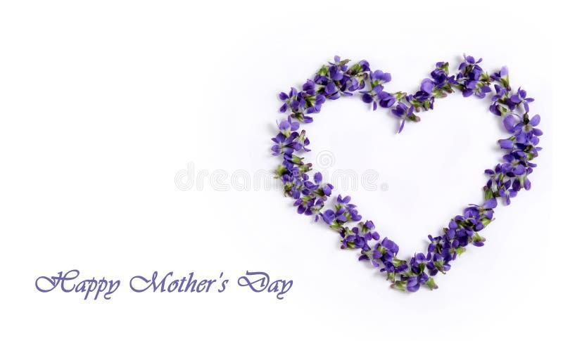 Violetas delicadas de la primavera en la forma de un corazón en un fondo blanco Día del `s de la madre imágenes de archivo libres de regalías