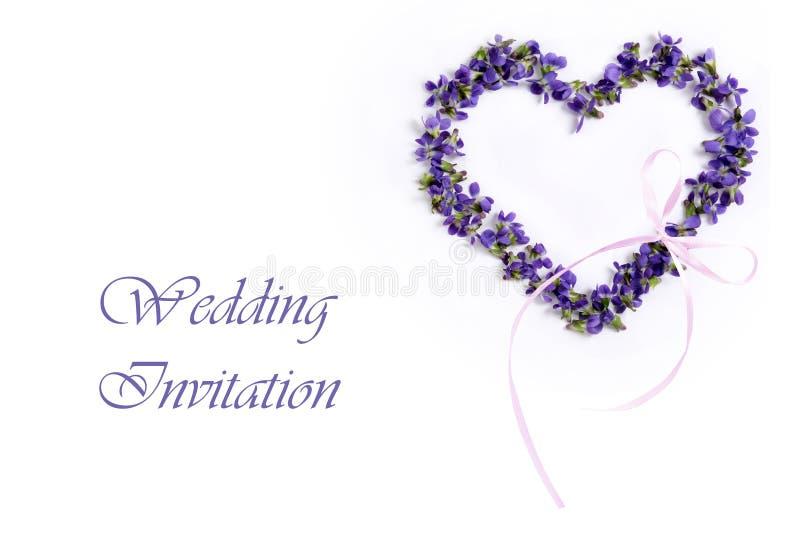 Violetas delicadas de la primavera en la forma de un corazón en un fondo blanco Tarjeta de la invitación de la boda imagen de archivo libre de regalías
