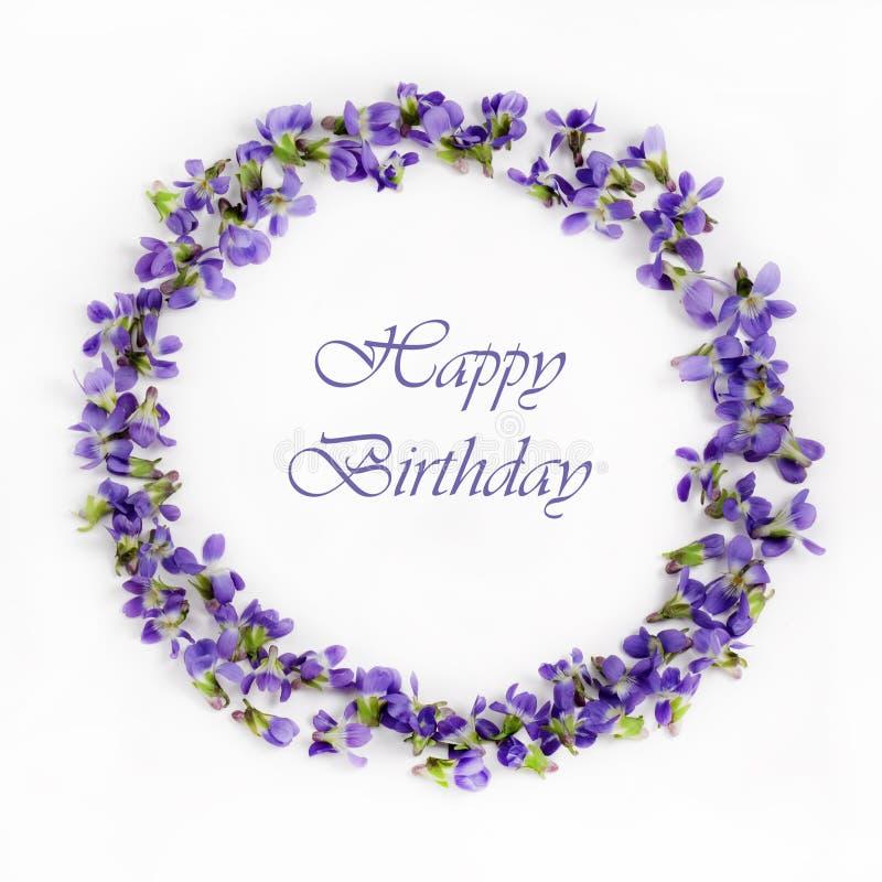 Violetas delicadas de la primavera en un cierre blanco del fondo para arriba Tarjeta del feliz cumpleaños imagenes de archivo