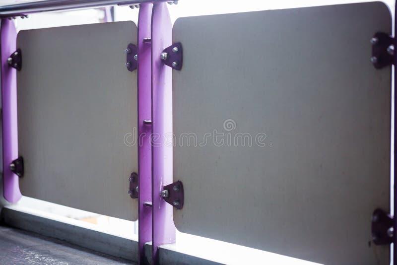 Violeten målade metallark som var fästa med bultar och rostfri nu royaltyfri bild