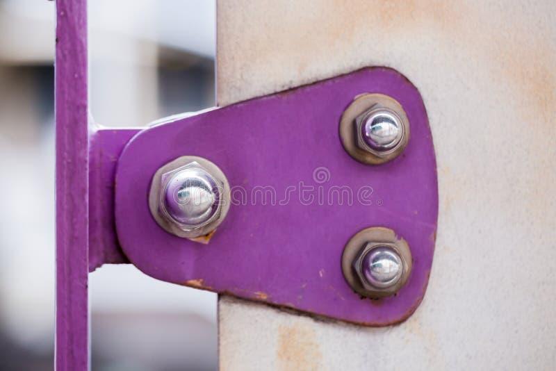 Violeten målade metallark som var fästa med bultar och rostfri nu arkivbilder