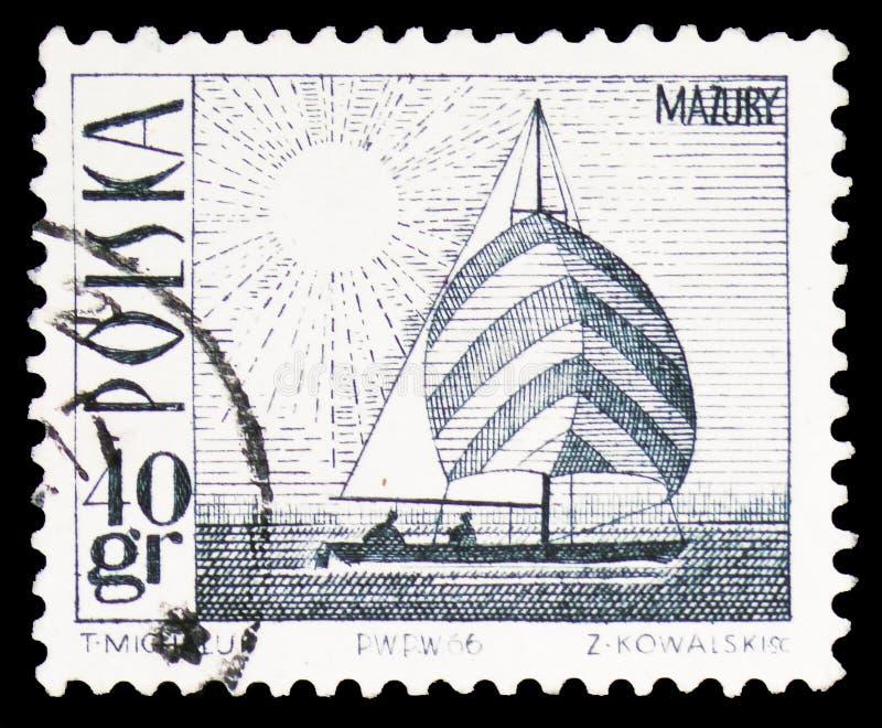 Violetkleurig jacht op Masurian-Meer, Toeristische attracties serie, circa 1966 royalty-vrije stock afbeeldingen
