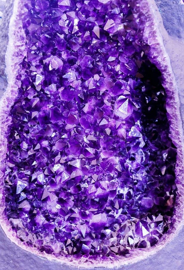 Violetkleurig purper kristal Minerale kristallen in het natuurlijke milieu Textuur van kostbare en halfedelhalfedelsteen stock afbeelding
