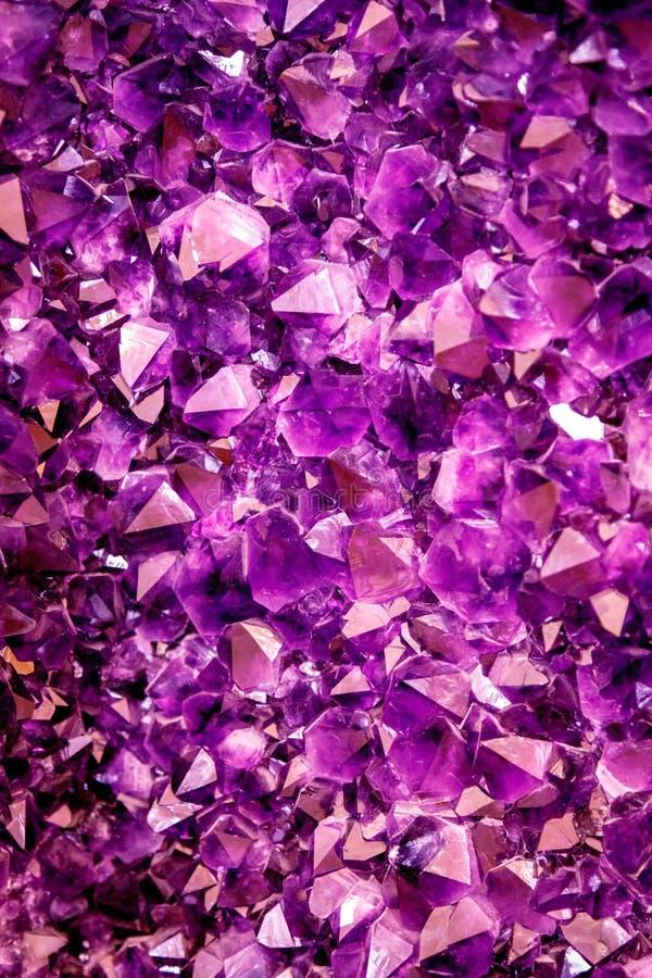 Violetkleurig purper kristal Minerale kristallen in het natuurlijke milieu Textuur van kostbare en halfedelhalfedelsteen stock foto's