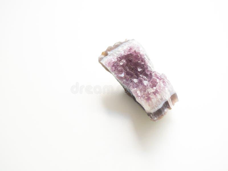 Violetkleurige geode hoogste mening voor de behandelingen en reiki van de kristaltherapie stock afbeeldingen