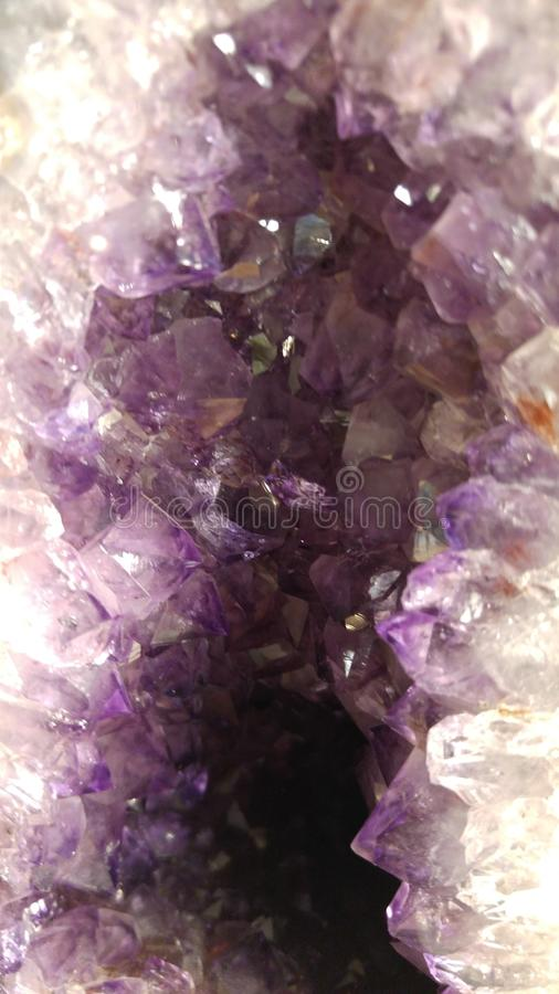 Violetkleurige kristallen binnen een geode royalty-vrije stock foto