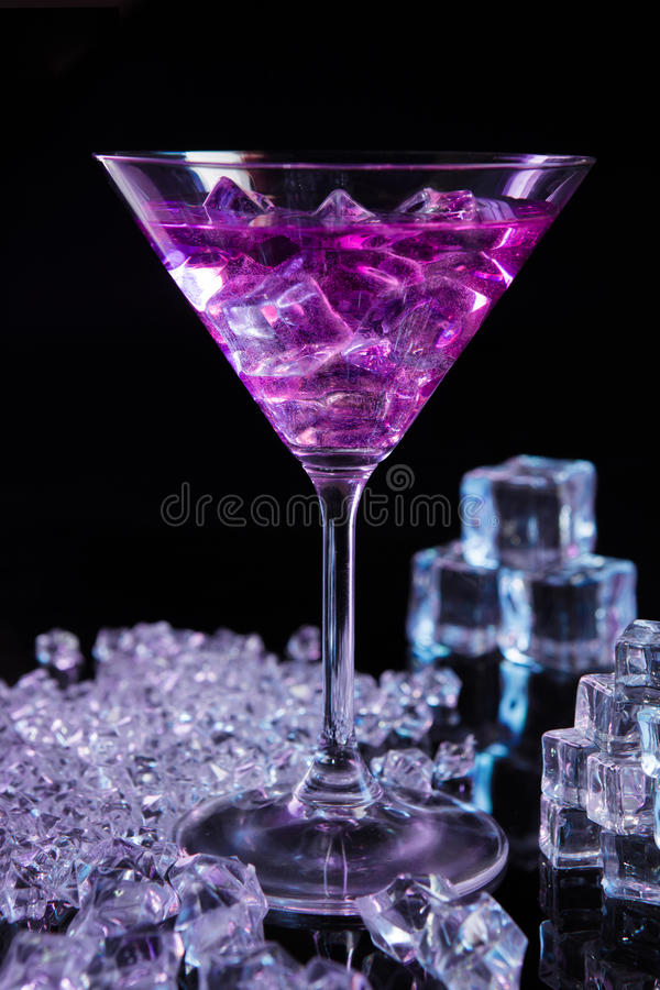 Violett coctail med iskuber arkivbild
