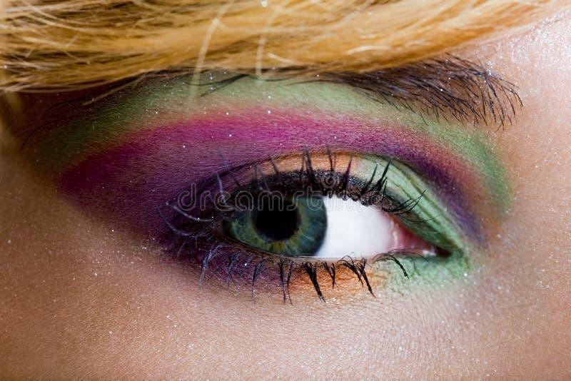 Violett makeup för modern modegräsplan av ett kvinnligt öga royaltyfri foto