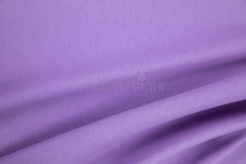 Violett naturligt linnetyg med en gardin viker arkivfoto