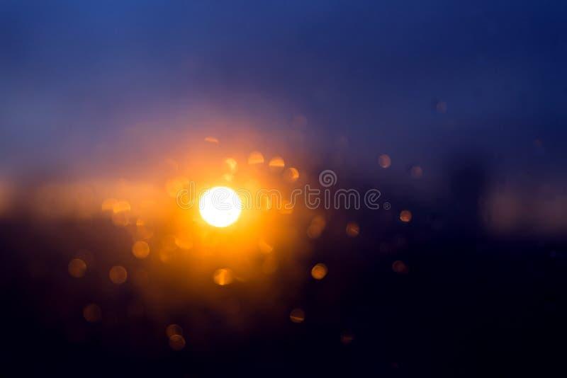 Violett solnedgång efter regn royaltyfri bild
