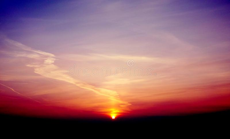 Violett solnedgångmorgon royaltyfri fotografi
