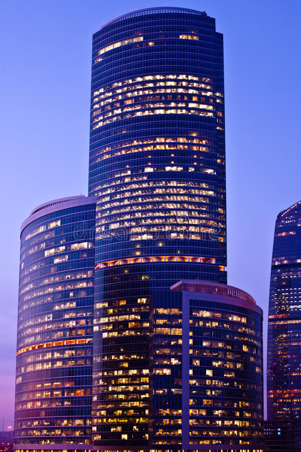 violetta ljusa moderna skyskrapor arkivfoton