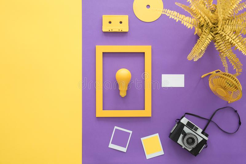 Violette achtergrond met camera stock foto's